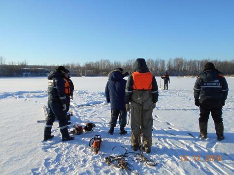Cотрудники экстренных служб достали из водоема провалившийся под лёд автомобиль «Шевроле Нива»