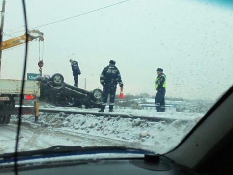 Перевернувшийся вседорожный автомобиль повис накраю Мызинского моста вНижнем Новгороде