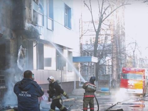 Автомобиль ифасад здания обгорели вНижнем Новгороде
