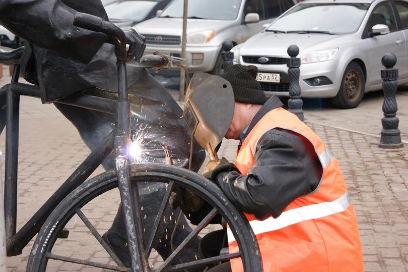 «Велосипедисту» наПокровке вернули отпиленное вандалами колесо