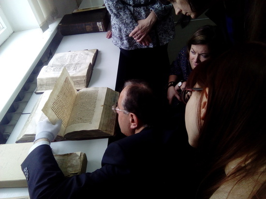 Уникальные книги о житии Петра и Февронии представили в нижегородском архиве