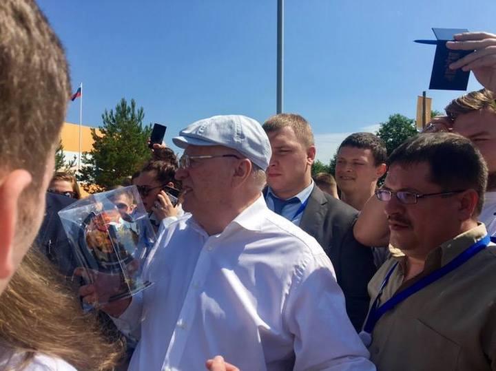 Нижегородцы подарили Владимиру Жириновскому расписанный под хохлому мяч-глобус