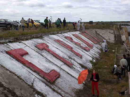 Нижегородцы-добровольцы выкрасили буквы на нижегородской Стрелке