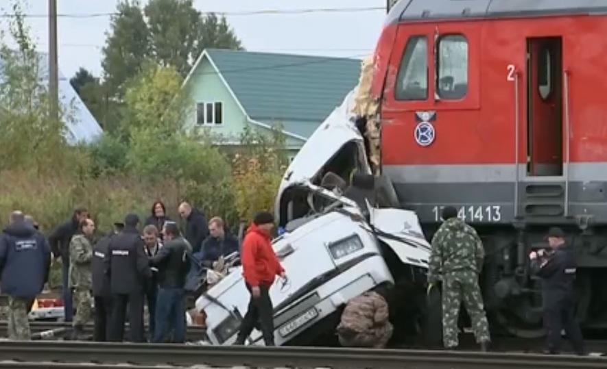 ВоВладимирской области поезд протаранил автобус, погибли 16 человек