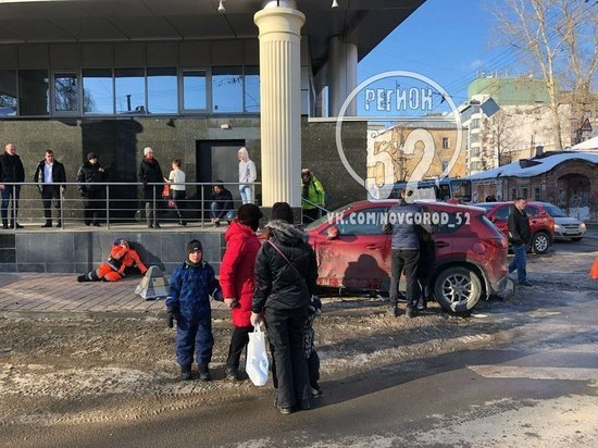 Иномарка сбила дорожных рабочих у «Лобачевский Plaza»