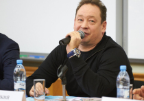 Леонид Слуцкий подарил студенту МГУ майку Роналду