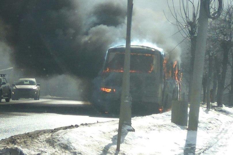 ВНижнем Новгороде загорелась маршрутка, вкоторой находились 20 пассажиров